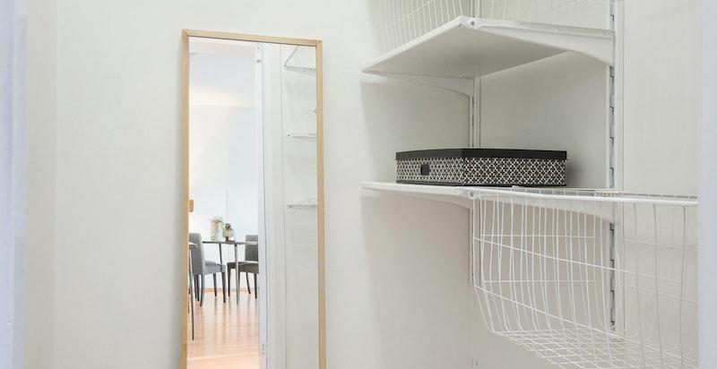 Innvendig bod som ligger inntill badet, med god lagringsplass. I tillegg disponerer leiligheten en kjellerbod.