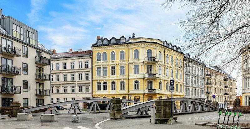 Eiendommen ligger i rolig gate med lite trafikk. Kort vei til Aker Brygge, Tjuvholmen, Solli plass og Nationaltheatret