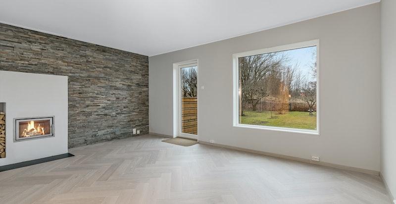 Fra stuen har du også utgang til en flott oppbygd terrasse og hage på boligens bakside