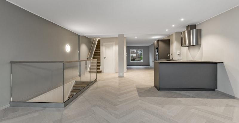 I boligens andre plan har du en stor og åpen stue/kjøkkenløsning med fiskebensparkett på gulv