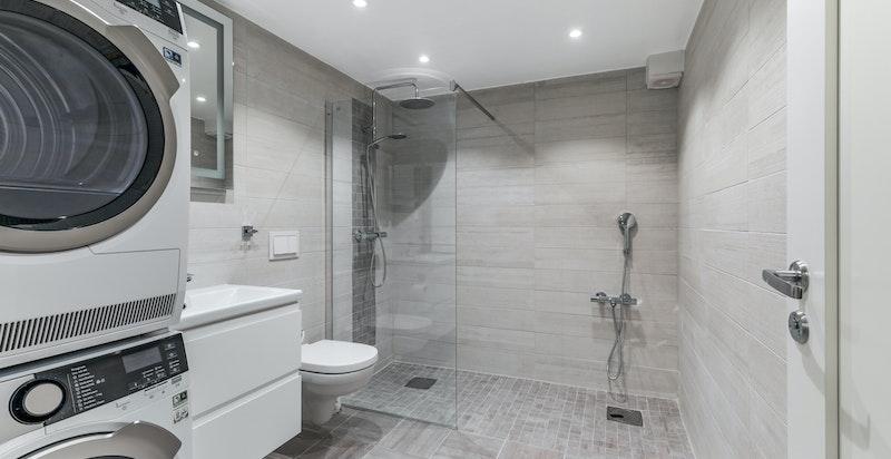 Bad i første etasje med vaskemaskin og tørketrommel - badekar blir også levert over nyttår