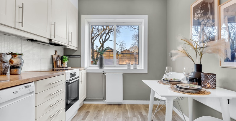 Kjøkkenet er praktisk designet med god skapplass.