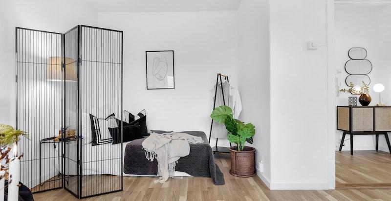 Man kan sette opp garderobe/lettvegg for å gjøre en naturlig romdeling.