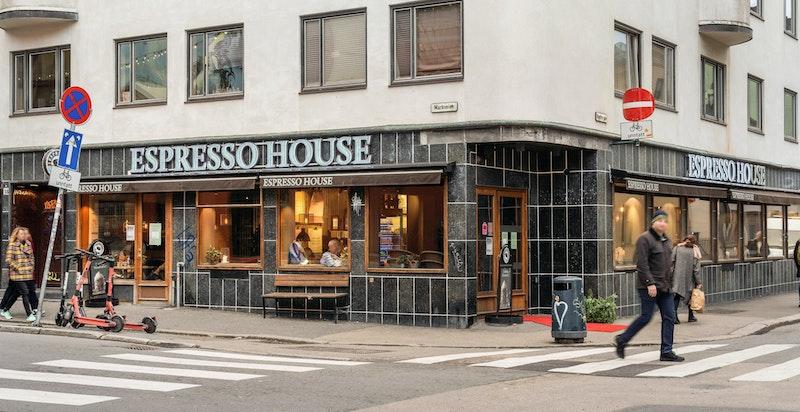 Her finnes flere kafeer og kaffebarer som er populære samlingssteder.