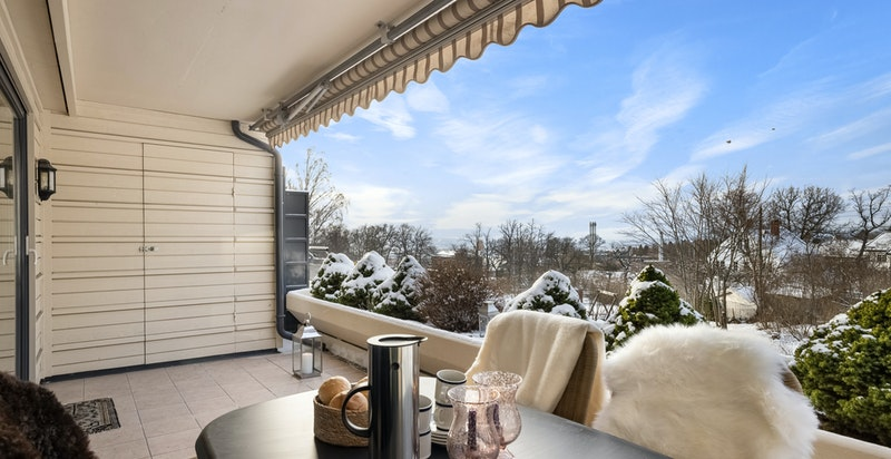 Det er en praktisk bod på 2 kvm i enden av terrassen og dype plantekasser gir en grønn innramming sommerstid