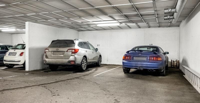 Garasjeplass i fellesanlegg med heisadkomst. Gjesteparkering rett utenfor inngangen