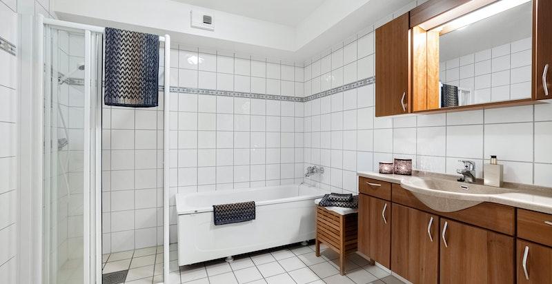 Hovedbad med badekar, dusjnisje og baderomsinnredning fra HTH