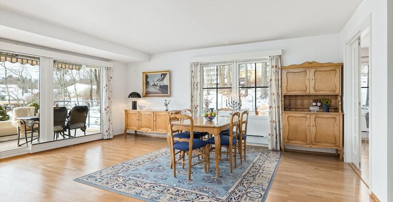 Meget hyggelig spisestueplassering ved vinduet og vis a vis kjøkkenet