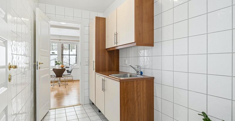 flislagt vaskerom med opplegg for vaskemasdkin og tørketrommel