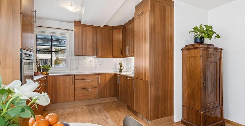 Kjøkkenet har mye arbeids- og oppbevaringsplass