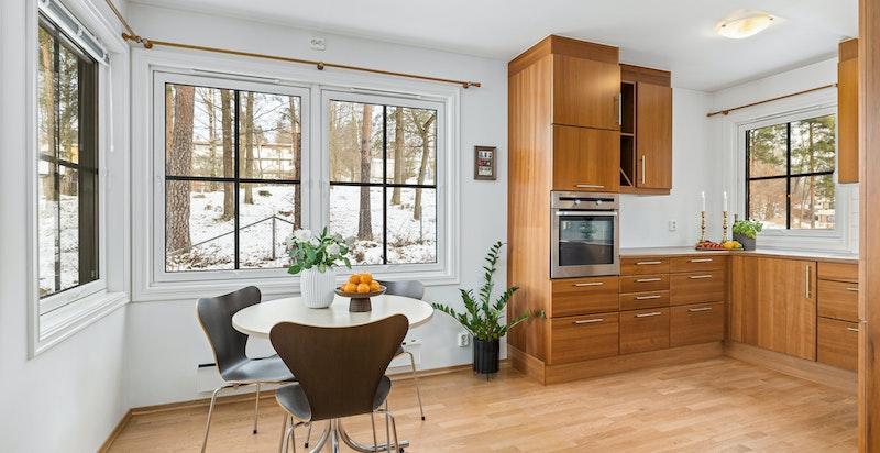 spiseplass ved hjørnevinduet på kjøkkenet