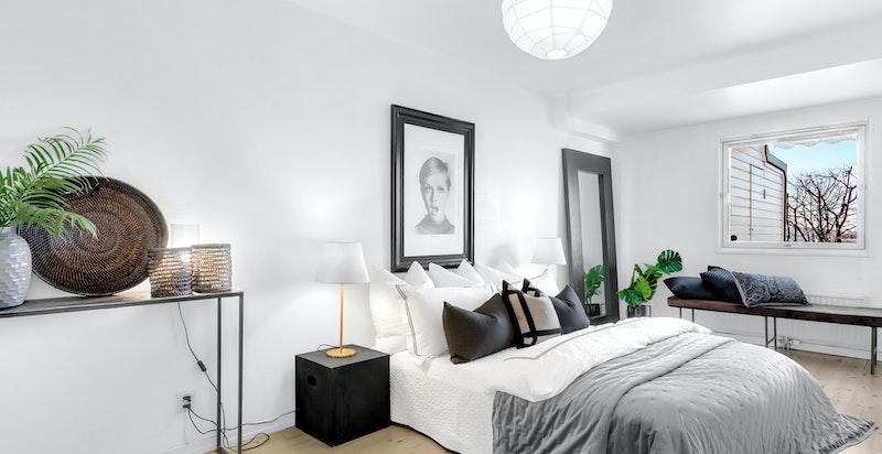 Stort hovedsoverom med god plass til dobbeltseng og annet ønsket møblement.