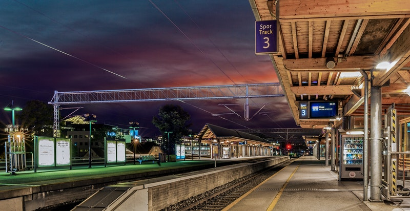 Skøyen stasjon ligger også innenfor kort gangavstand. Her stopper bla.a Flytoget, lokaltog og regionstog.