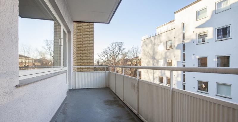 På balkongen har du godt med plass til utemøbler, her har man også ettermiddagssol