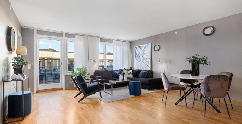 Romslig stue med plass for både salong og spisestue