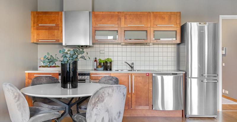 Kjøkken med god benkeplass og skapplass.