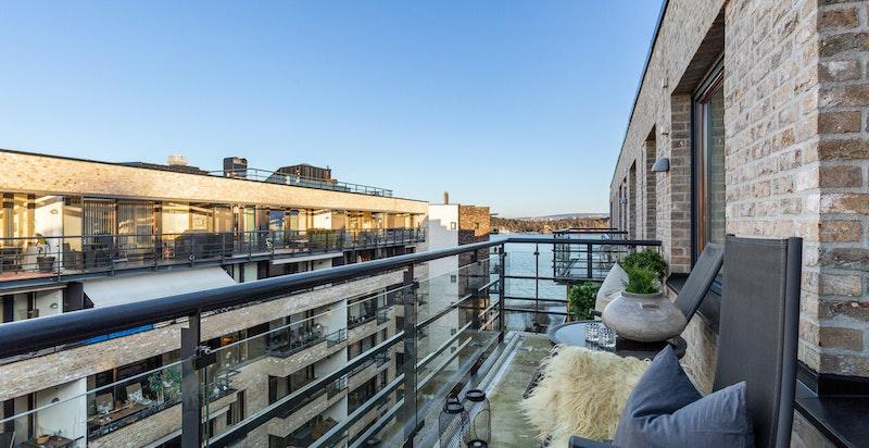 Romslig balkong på 8 kvm med kveldssol og sjøutsyn