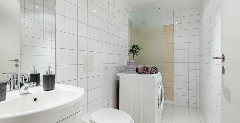 Lekkert bad fra byggeår. Bad har vannbåren gulvvarme som er inkludert i felleskostnader