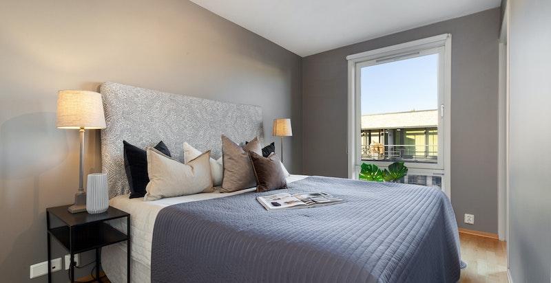 Romslig soverom med plass for stor seng og skap