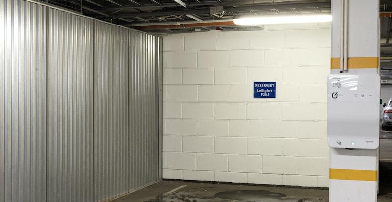 God garasjeplass nære heisen. Bod på hele 8,8 kvm like ved siden av garasjeplassen.