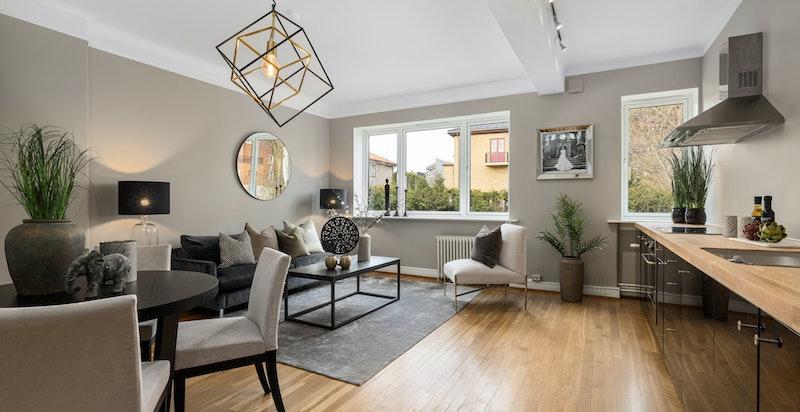 Flott stue med kjøkkenløsning og peis. God plass til salong og spisestue