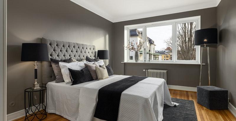 Stort soverom hvor det også er plass til hjemmekontor foran vinduet med flott utsikt uten innsyn