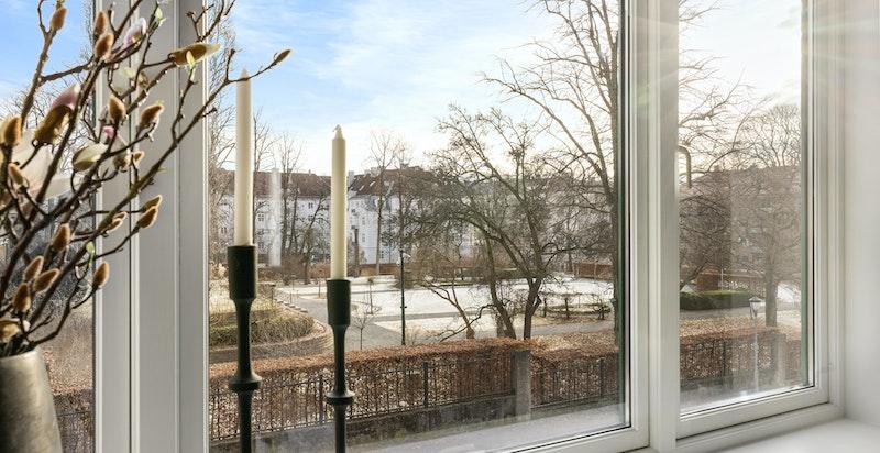 Fra soveromsvinduet ser du ut på den flotte parken tilhørende den Amerikanske ambassadørboligen