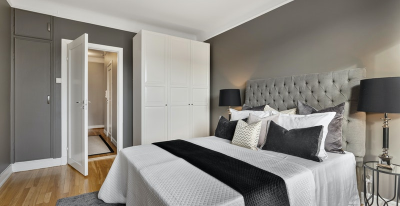 Soverommet har garderobeskap samt innebygget garderobe