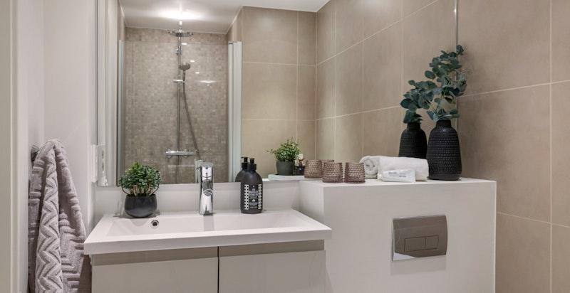 Lekkert bad med tidløse fliser og vegghengt wc