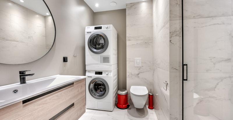 Badet har vaskemaskin og tørketrommel som følger med