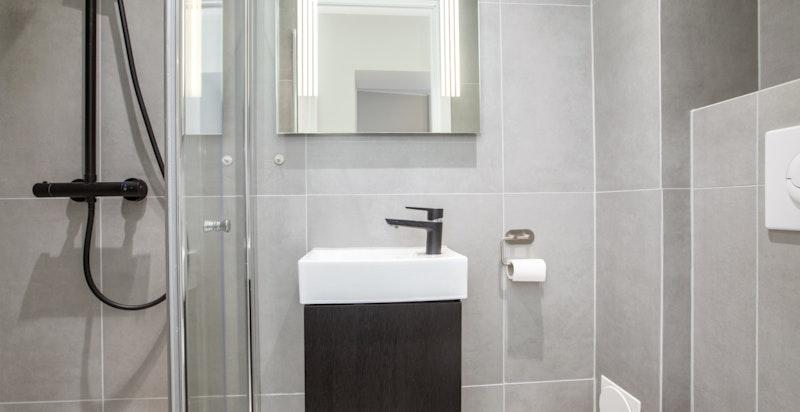 Moderne baderom med dusjnisje