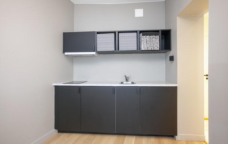 Praktisk kjøkkenløsning med integrert koketopp og kjøleskap
