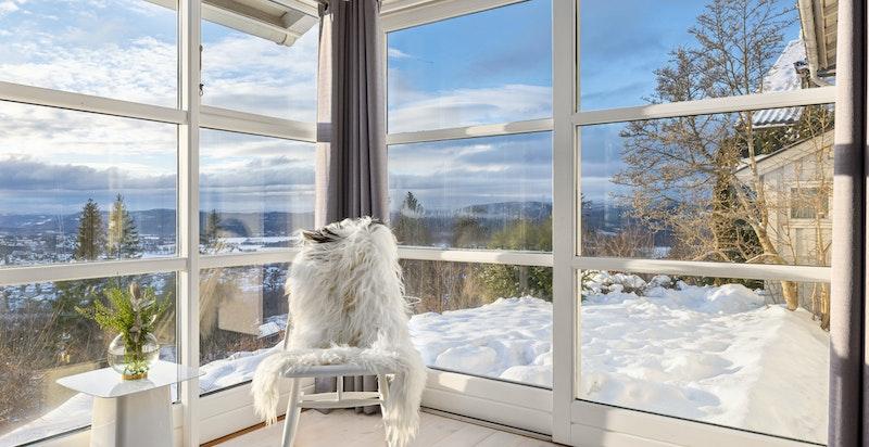 Utgang til hage fra stuen. De store glassflatene gir panorama utsyn.