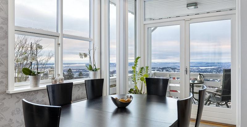 Spiseplass kjøkken med utgang balkong