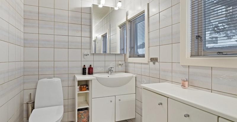 Romslig dusjbad / wc med to servanter i tilknytning til soveromsfløyen