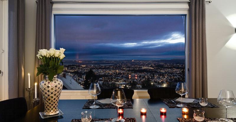 Stuen har store vindusflater og det er magisk utsikt mot by, fjord og Bærumsmarka.