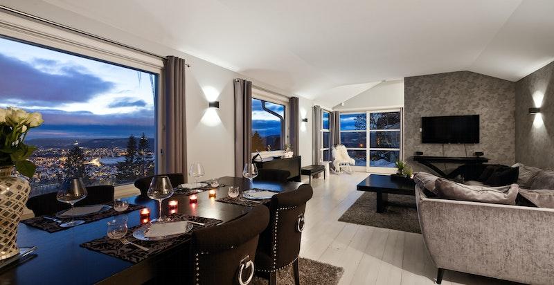 Det er store vindusflater på tre sider i stuen, utsikten kommer helt inn i stuen og dette er et fantastisk rom.