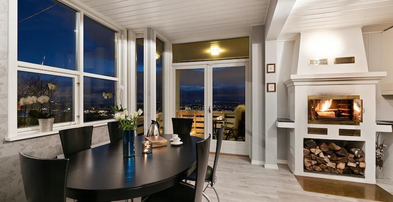 Spiseplassen ved kjøkkenet ligger også fantastisk til med store vindusflater mot utsikten