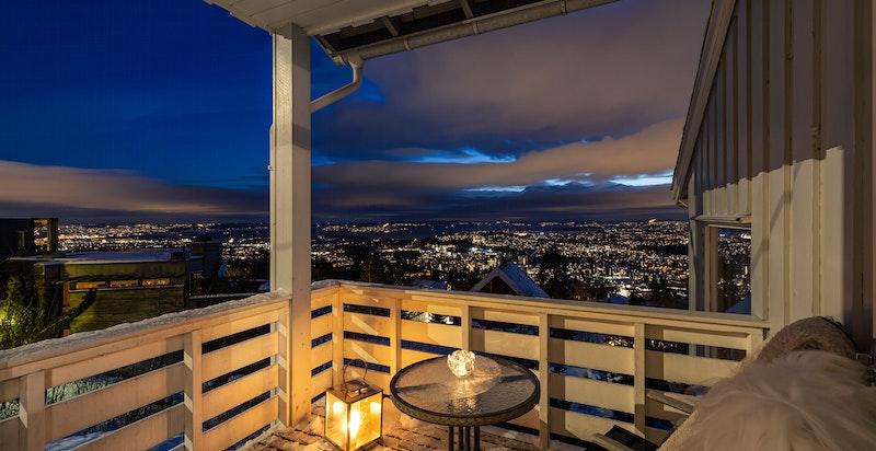 Kveldsstemning balkong ved spisekjøkkenet