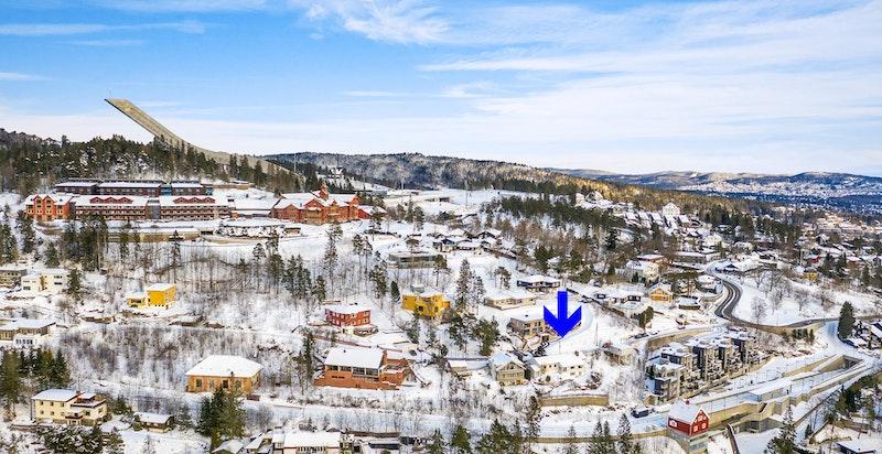 Eiendommen ligger rett nedenfor Riksanlegget i Holmenkollen og det er kort gange til Holmenkollen stasjon.