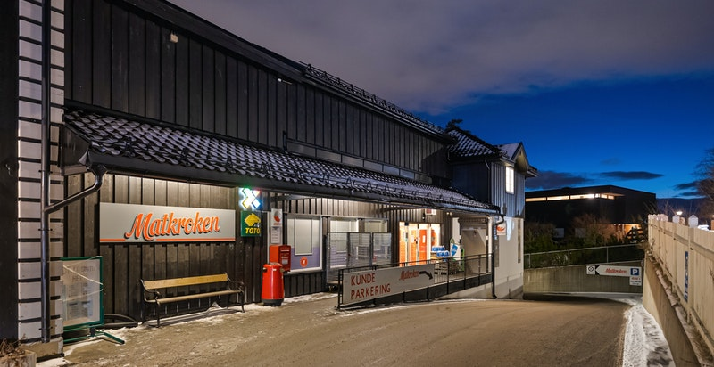 Nærmeste matbutikk er matkroken på Besserud, også gangavstand.
