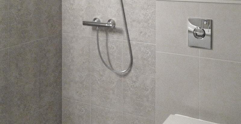 Nyere dusjbad på hybel (selgers bilder )