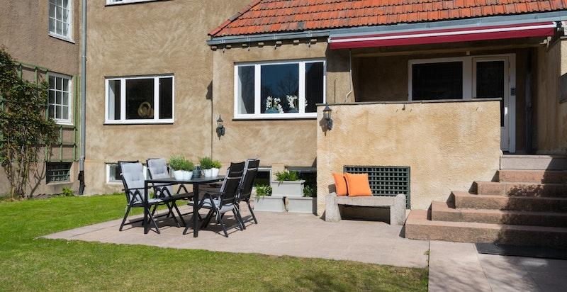 Det er både terrasse i inngangsparti samt markterrasse i granitt