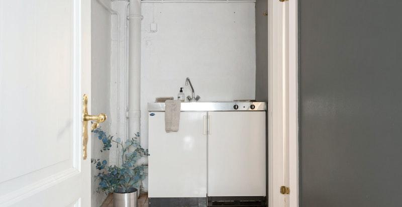 Det er installert et minikjøkken i del av kjeller