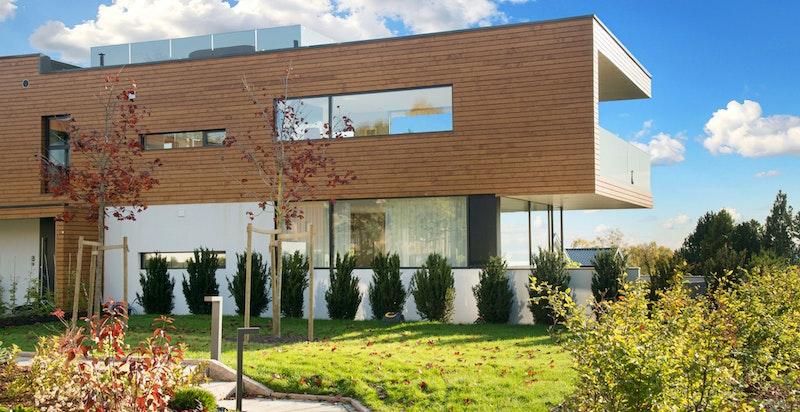Uteområdet er pent opparbeidet med grøntområder og internstier.