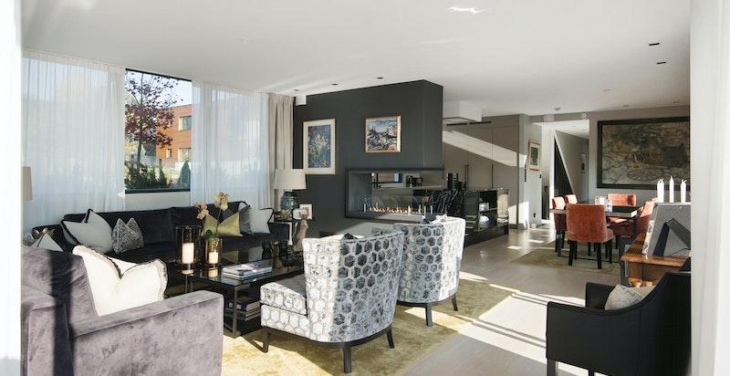 Leiligheten har store fine rom og stuen rommer flere sittegrupper.