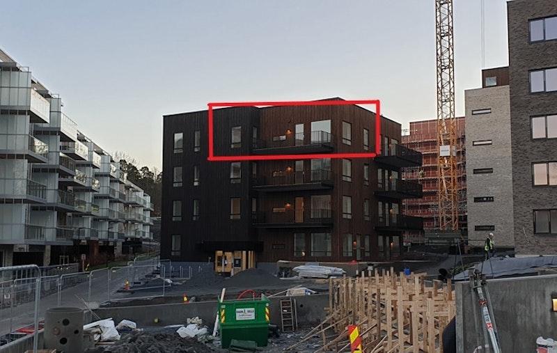 Rød pil illustrerer leilighetens beliggenhet
