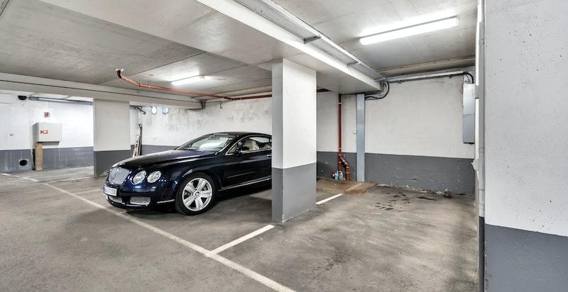 Seksjonen disponerer to åpne garasjeplasser i felles lukket garasjeanlegg i kjeller