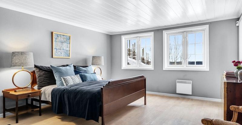 Det innerste rommet i leiligheten er byggemeldt som bod men benyttes som et stort og praktisk hovedsoverom