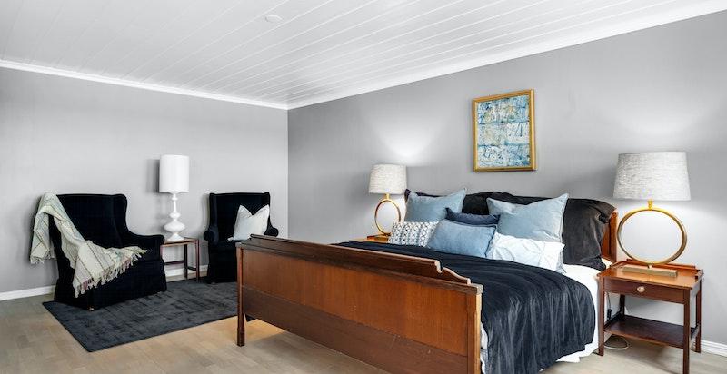 Rommet er såpass stort at det kan tenkes innredet med stor garderobeskap, evt. walk-in closet